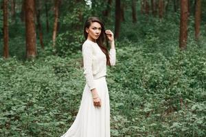 retrato ao ar livre da bela jovem morena caucasiana foto