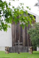 cruz de madeira, borda de pedra da cerca do crucifixo, ícone religioso da igreja jesus