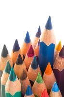 lápis de madeira coloridos sobre fundo branco foto