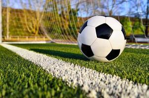 bola de futebol atrás da linha do gol foto