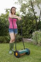 mulher com cortador de grama foto