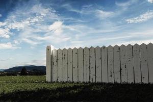 cerca de madeira branca foto