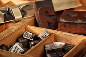 estojo com tipos de madeira antigos e bastão de composição foto