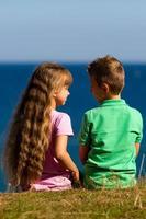 menino e menina durante o verão foto