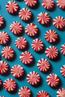 doce doce de hortelã-pimenta vermelha e branca foto