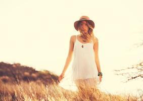 mulher jovem e bonita ao ar livre. tom suave e quente da cor vintage foto