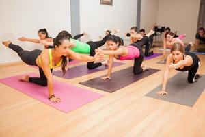 grupo de pessoas em uma aula de yoga foto