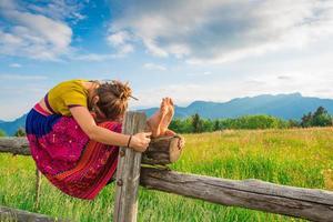 menina casual relaxa fazendo alongamento e yoga foto