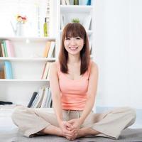mulher fazendo yoga em casa foto