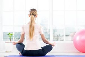 conceito de ioga com mulher bonita foto