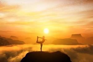 mulher meditando na posição de dançarina de ioga foto