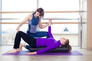 aeróbica, pilates, personal trainer, ajudando mulheres, grupo, em, um, ginásio