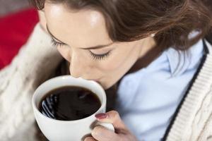 mulher desfrutando de café fresco foto