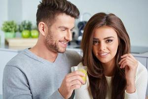 casal feliz, aproveitando o café da manhã foto