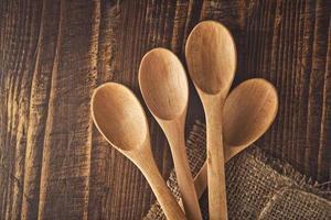 colheres de madeira foto