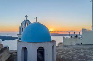apreciar o pôr do sol em santorini foto