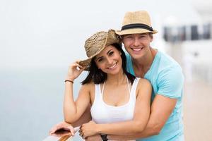 casal curtindo um cruzeiro de férias foto
