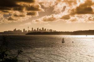 barco a vela que aprecia o porto de sydney. foto