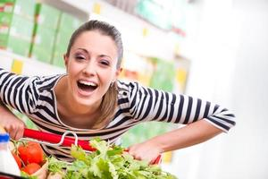 mulher a gostar de fazer compras no supermercado foto