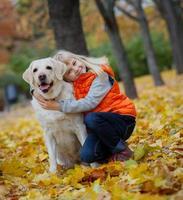 menina com seu cachorro labrador foto