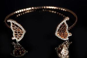 pulseira de ouro sobre fundo preto