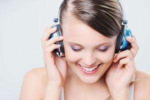 curtindo música