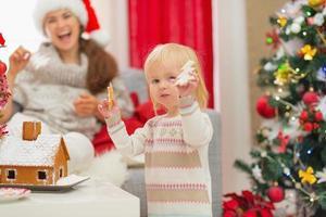 menina, desfrutando de biscoitos de natal foto