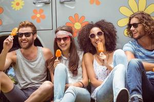 amigos de hipster desfrutando de gelados