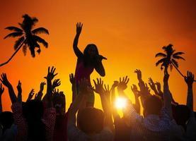 pessoas que apreciam o festival de música ao ar livre foto