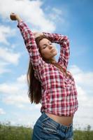 garota, aproveitando o vento do verão foto