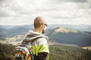 alpinista de homem, desfrutando de vista para a montanha