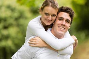 jovem casal aproveitando o dia lindo foto