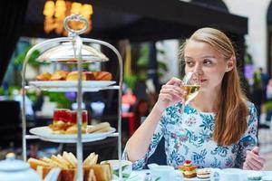mulher jovem e bonita desfrutando de chá da tarde foto