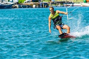 desfrutando de kite no mar foto