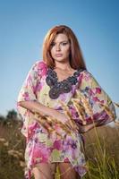 senhora de vestido multicolorido, curtindo a natureza foto