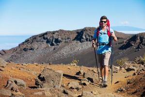 alpinista desfrutando de caminhada na incrível trilha de montanha foto