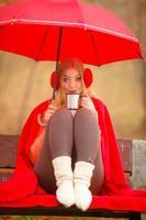 garota no parque outono, desfrutando de bebida quente
