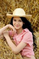 menina bonita, curtindo a natureza no feno foto