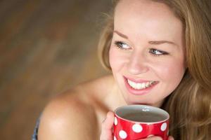 desfrutando de uma xícara de chá em casa