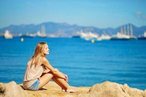 menina bonita, curtindo suas férias à beira-mar foto