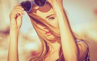 garota, aproveitando a brisa de verão ao pôr do sol na marina