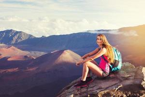 alpinista de mulher nas montanhas, apreciando o ar livre foto