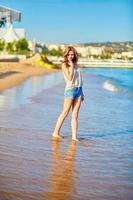 jovem curtindo suas férias à beira-mar