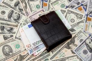 carteira com dinheiro como plano de fundo foto