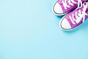 sapatos desportivos roxos com cadarços brancos
