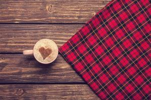 xícara de café em uma mesa de madeira. foto