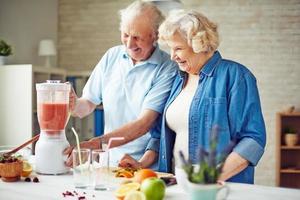 idosos na cozinha foto