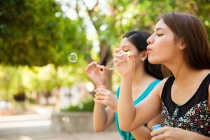 soprando bolhas em um parque foto