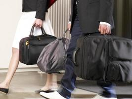 casal carregando sua bagagem em um hotel.