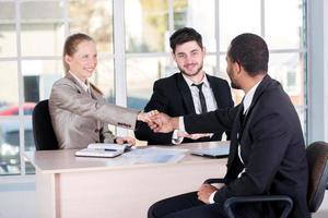 reunião de chefes. três empresários bem sucedidos sentado em t foto